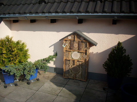 Großes Insektenhotel in Berg. Gladbach / Schildgen geschützt unter einem kleinen Dachüberstand