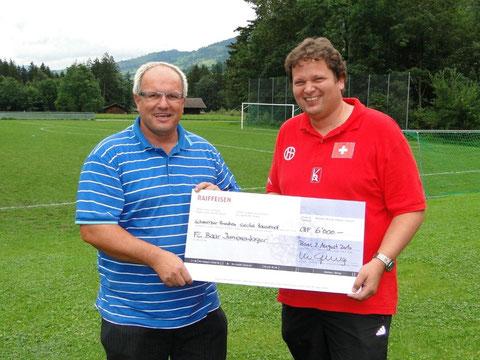 Roland Eisert (r.) ist dankbar für die grosszügige Unterstützung für das FC Baar Juniorenlager