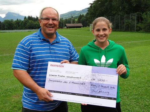 Stellvertretend für die Juniorinnen in der 1. Damenmannschaft nimmt Lilian Zumbach den Check entgegen