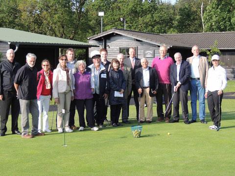 Beim Besuch im Küsten-Golfclub Hohe Klint Cuxhaven e.V. in Oxstedt erfuhren die Mitglieder des MIT-Kreisverbandes Cuxhaven nicht nur sehr viel über den Verein und seine sportliche wie wirtschaftliche Bedeutung: Sie durften auch erleben, dass Golfspielen n