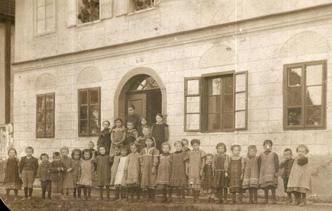Kinderbewahranstalt in der Klosterstraße 57 um 1900