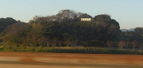 東名上り車線よりガードレール越しに久野城