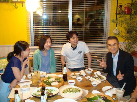 寺沢先生も懇親会に間に合いました。若手のみんなとの楽しい談笑が尽きません。