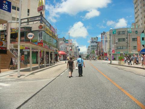 国際通りをえらい人2人が歩きます