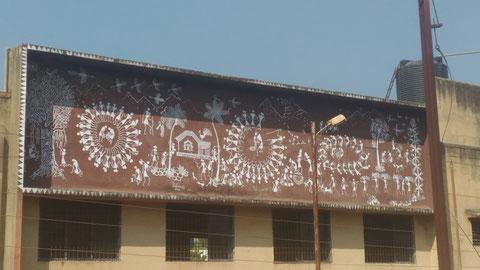 Jawharの町にあった先住民族Adivasiの人たちのための建物。コミュニティセンターみたいなもので、ホール(集会場)のような大きな施設だった。