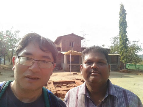 出迎えてくれたMr.Rameshと一緒に彼の家の前で。warli painting の有名な作家だ。