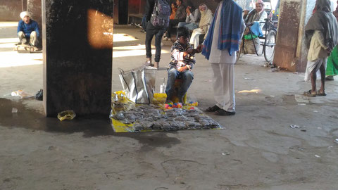 ジャムイの駅で物売りをする男の子
