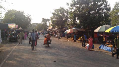 Kasa村。このようにバスが通る街道の両側に商店と露店が連なっている長いエリア。