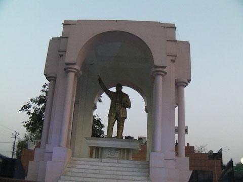 大通りの真ん中に立つアンベードカルの銅像