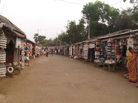 コナーラク寺院へとつながる土産物ストリート