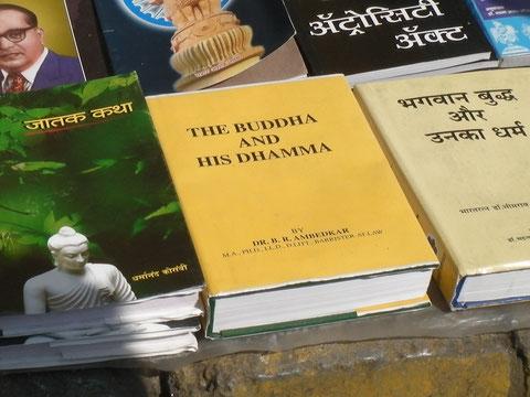 大学前の路上で売られていた『ブッダとそのダンマ』B.R.アンベードカル著