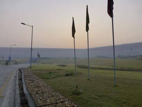 新ターミナルの遠景 曇っているのは朝霞か粉じんのせいなのか