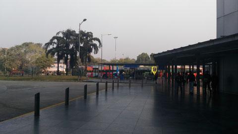 奥に見えるのがバス停。国際線到着ロビーから外に出て右にまっすぐ進み、ターミナルのはずれにある。