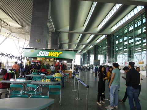ターミナルの外にはサブウェイなどちょっとした軽食を売るスタンドがいくつか並んでいる。