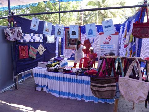 バンガロール市内で開かれるフリーマーケットなどにも出店、活動を紹介しながら販売しています。