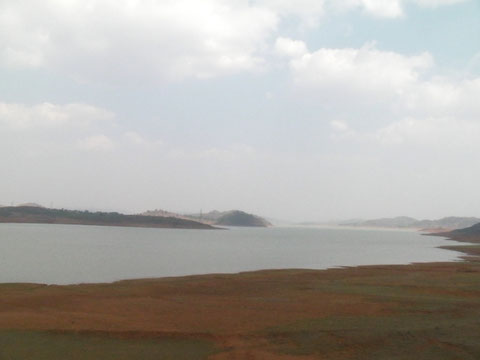 列車から眺める山の上の湖