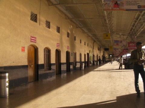 掃き掃除の行き届いたRipur駅のホーム
