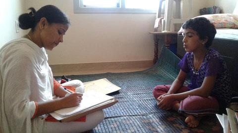 孤児院にて子供のカウンセリング活動