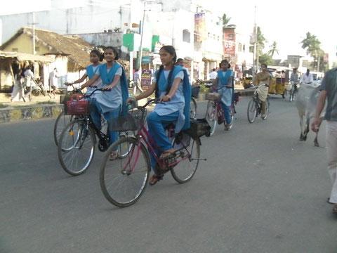 自転車通学する女子学生たち