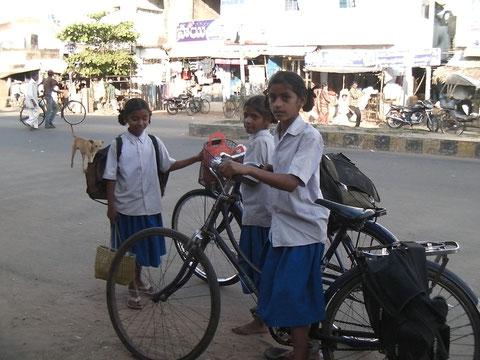自転車通学する女の子たち
