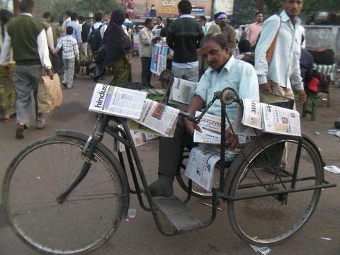 ラクノウの駅前で新聞を売っていた足の不自由な男性。許可を取って撮影させていただいた。