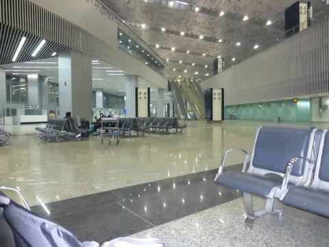 新ターミナルの1階到着エリア付近 深夜なのでガランとしている