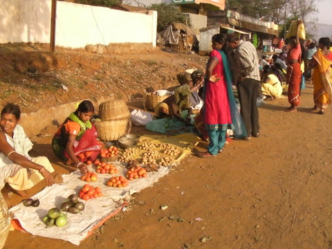 Similigudaのバザールで野菜を売る女たち