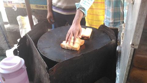 コルカタの路上でよく売られているバタートースト。頼めばジャムやザラメを付けてくれる。朝はいつもこれとゆで卵とチャイで済ませる。