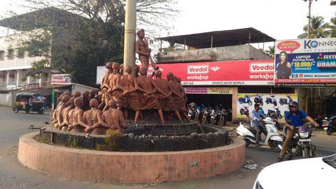 Dahanuの町の最も大きな交差点にあった銅像。Adivasiの人たちのお祭りの様子と思われる。