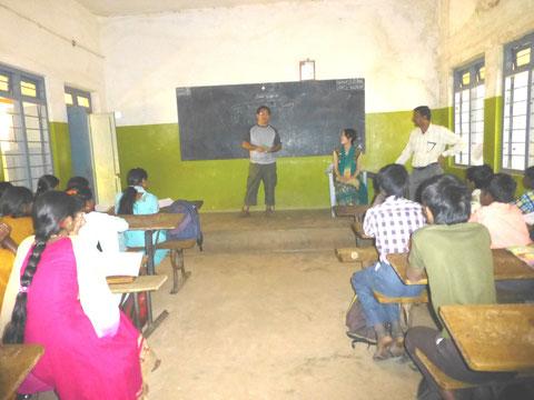 支援活動を行っている学校を訪問