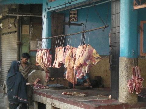 屠殺場近くで見かけた牛肉を売る店 ムスリムの町のせいか表に堂々と吊り下げられていた
