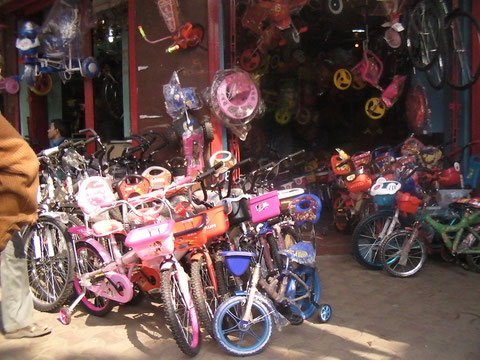 コルカタにある自転車屋 最近はこんな子供向けの自転車まで売っている