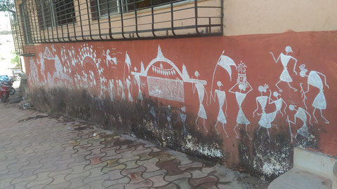 Jawharという山あいの小さな町のお寺の壁に描かれたwarli painting