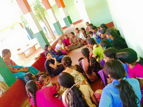 村の女性とともにミーティング