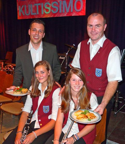 Dirigent Markus Metz (links) und der Kultus-Vorsitzende Clemens Kuntz zusammen mit Ann-Sophie Schmatz und Luisa Schwaabz