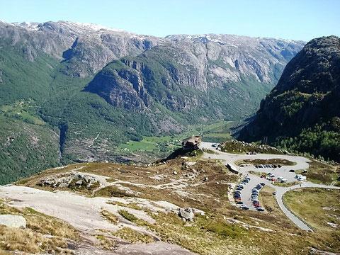 Blick vom Aufstieg zum Kjerag auf das Adlernest