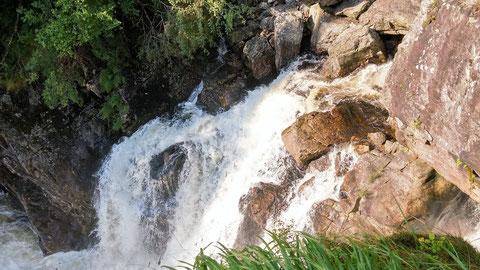 Blick von der Brücke runter auf den Wasserfall.