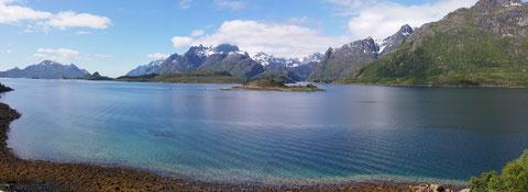 Blick auf die Einfahrt zum Trollfjord bei Tennstrand