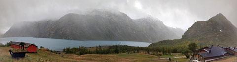 Blick auf den Gjende mit Kai, rechts die DNT Hütte Memurubu