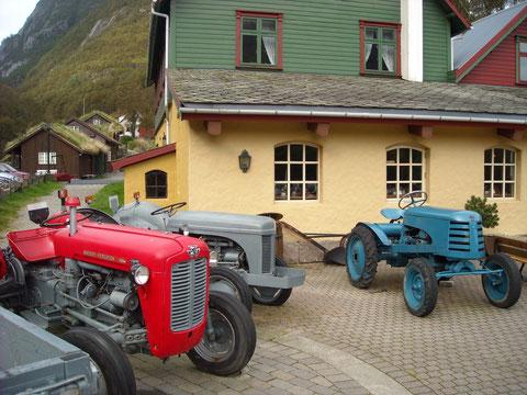 Traktorensammlung vor dem Hotel