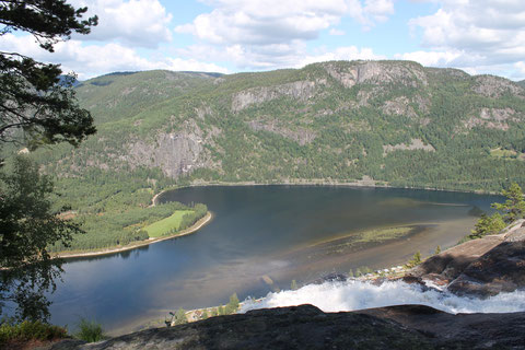 der Reinårsfossen ergießt sich in den Byglandsfjord.