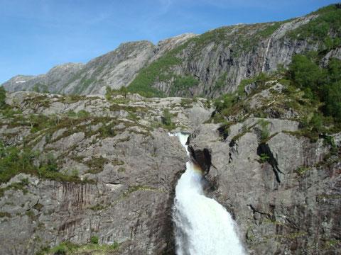 Blick auf den Wasserfall beim Aufstieg zum Fidjadalen nach Mån