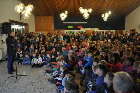 Herr Gitter begrüßte in der 5. Stunde die ganze Schulgemeinschaft und die Besucher zum Monatsabschluß Oktober.