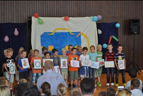 """""""Alle Kinder lernen lesen"""", mit diesem Lied ermunterten die Kinder die Erstklässler, mutig das Neue anzupacken."""