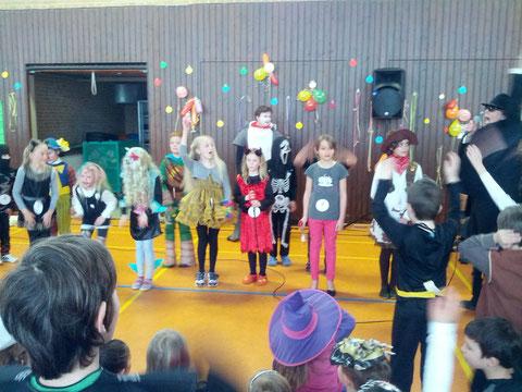 Das beste Mädchenkostüm hatte Laura aus der 4 a und das beste Jungenkostüm Jost aus der 4 b.