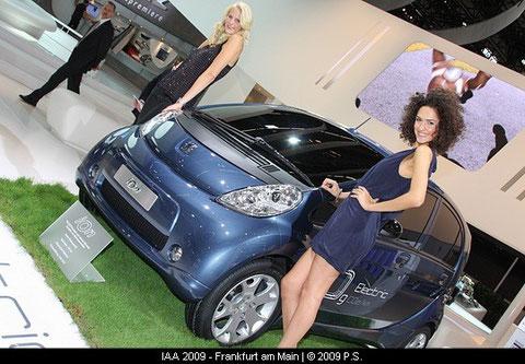 Ein Hingucker, der neue iOn von Peugeot, präsentiert von 2 hübschen Models bzw. Hostessen auf der IAA