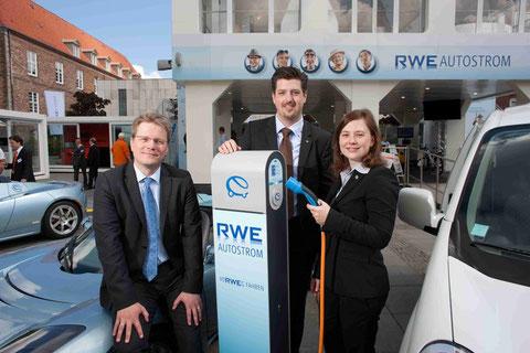 v.l.n.r.: Dr. Marcus Groll, Leiter Kooperation Automobilindustrie bei der RWE Effizienz GmbH, Florian Wunsch - Section Manager Nissan International SA, Caroline Sambale - Referentin Unternehmenskommun