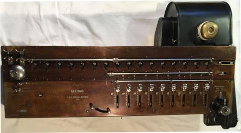 MADAS (Multiplie, Additionne, Divise Automatiquement, Soustrait) modelo IXe Metallic (9x16x9) con motor eléctrico añadido, s/n 8074, hecho por H.W. Egli, A,G, Zurich (Suiza), año 1922, 64x37x17 cm
