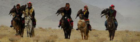"""L'arrivée à cheval des aigliers en petit groupe pour le festival de """"Sagsai"""""""
