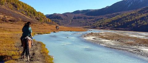 """Ancienne vallée glacière en approche du """"lac Khoton"""", l'eau a cette couleur naturelle"""